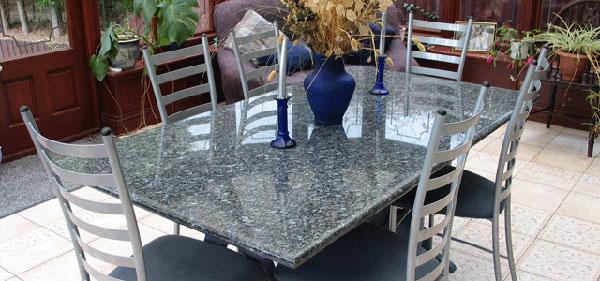 Stół kuchenny z granitowym blatem