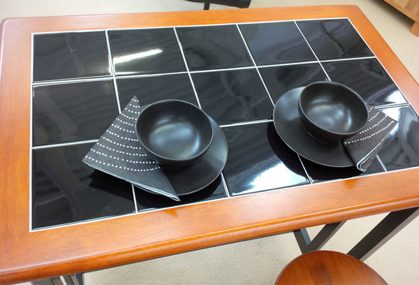 Stół kuchenny z kaflami