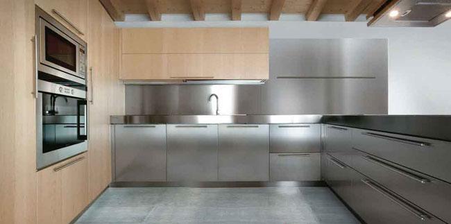 Higieniczne meble kuchenne ze stali nierdzewnej.
